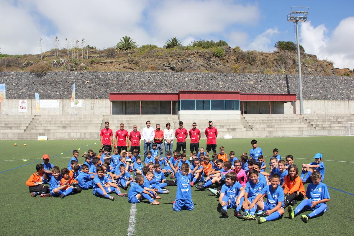 El XV Campus SUMA del Club Deportivo Tenerife llena de niños y niñas el Estadio de Breña Baja