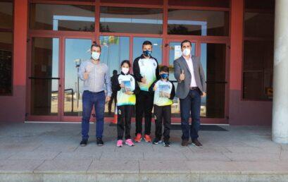 El Ayuntamiento reconoce a los jóvenes atletas Ainara Camacho y Alonso Acero